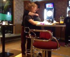 【Vine動画】ダーツバーでしっとりと金髪ジャニーズ系イケメンの首筋に唇を這わす筋肉イケメン♪