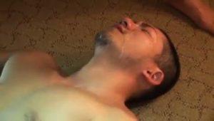 【ゲイ動画】煙草片手のやんちゃ系坊主筋肉イケメンがスジ筋イケメンをガン突き、顔射!
