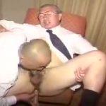 【ゲイ動画】老いてますます盛んな性欲を見よ!中年ぽっちゃりイケメンと老年眼鏡ダンディがスーツを脱いで褌姿で雄交尾に燃える!
