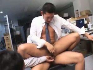 【ゲイ動画】サラリーマンは縦社会! 短髪筋肉イケメンがマッチョ先輩二人にオフィスでスーツを着たまま立ちバックガン堀りされまくり3Pされながら言葉でも責められる!
