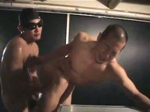 【ゲイ動画ビデオ】逆三角形体型が見事なゴリマッチョ坊主イケメンが筋肉ゴーグルマンの激震ピストンに痙攣絶頂!