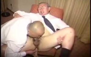【ゲイ動画】ぽっちゃり中年重役をガチムチ坊主イケメン親父が真っ黒巨根で掘りまくる昭和のゲイセックス!
