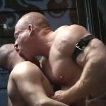 【ゲイ動画】見よこの二の腕の筋肉! ゴリマッチョ中年親父にくぱぁと開いたケツマンコを掘ってもらんて牝顔になる筋肉坊主白人イケメン!