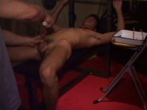 【ゲイ動画ビデオ】トレーニングマシンの上に拘束された筋肉イケメンのちんぽを尿道責めしながらケツマンコを巨根で拡張する覆面中年!