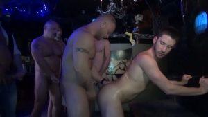 【ゲイ動画】ファックミー! 筋肉白人イケメンストリッパーに群がりケツマンコを順番に掘りまくるマッチョな野郎たち!