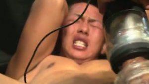 【ゲイ動画】ノンケアナルにディルドをぶっ込まれ、強面ゴーグルマンのバキュームフェラと手コキを受け完全アヘ堕ちしちゃった童顔短髪筋肉イケメン!