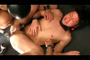 【ゲイ動画】二本のぬめる舌が筋肉童顔イケメンの乳首に、玉袋に、巨根に這い回てまとわりつく3Pファック!