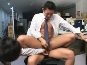 【ゲイ動画】残業の御褒美はマッチョイケメン先輩の肉棒二本! リーマンスーツイケメンがオフィスで3P巨根ファック!