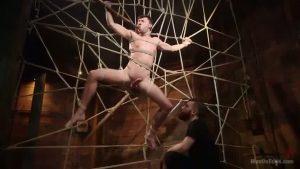 【ゲイ動画】蜘蛛の巣に絡め取られた筋肉マッチョ白人イケメンの巨根強調! もはやこの捕縛は芸術以外のなにものでもなし!