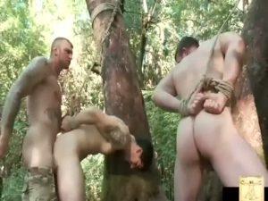 【ゲイ動画】ハイキングに来た筋肉イケメンを潜伏して青姦ファックするミリタリー系ガチムチ白人イケメン!