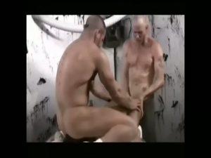 【ゲイ動画】アジア系筋肉イケメンをマッチョ白人二人がバックから巨根をぶち込んだり、マシンディルドでケツマンを掘りまくるハードゲイセックス!