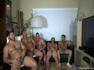 【ゲイ動画】巨根を自由にぶらつかせたガチムチ筋肉イケメン白人親父たちの全裸ツイスターゲームに草不可避w