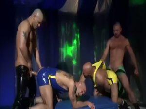 【ゲイ動画】プロレス勝負で負ければ即レイプ! 筋肉マッチョな白人イケメンの淫乱乱交勝負!