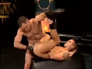【ゲイ動画ビデオ】極太ディルドや腕を突っ込むフィストファックなんて当たり前!自分の巨根を自分のアナルにぶち込まれて喘ぐ筋肉マッチョ白人イケメン!