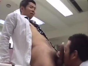 【ゲイ動画】オフィスに置かれたエロ本は確実に罠ですから!残業中うっかりオナニーする姿を見られて脅迫セックスされる筋肉坊主イケメン!