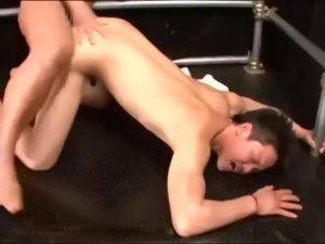 【ゲイ動画ビデオ】ゴリマッチョな筋肉イケメンをゴーグルマンがハード責め、と思わせておいてイチャイチャセックスだったり♪射精ザーメン飛びすぎぃ!