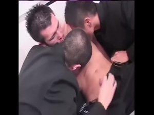【ゲイ動画】いがぐり頭の学生服筋肉DKイケメン三人がおふざけで身体をマッサージ→そのまま濃厚巨根3Pにハッテン!
