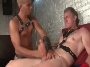 【ゲイ動画】筋肉に貼りつくボンテージ!拘束されて手コキとフェラで完全射精管理されるマッチョ白人イケメンたち!