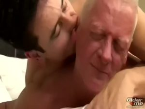 【ゲイ動画ビデオ】爺の精力舐めるなよ!中年警察官が格好良かったからおじいちゃんと筋肉イケメンの孫と3P数珠つなぎ連結ファックしちゃったぜ!