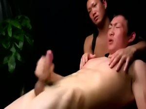 【ゲイ動画】顔を真っ赤にしてマッチョ兄貴のでかちんこをアナルに受け入れて喘ぐ筋肉イケメンが可愛い!