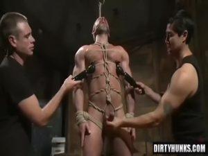 【ゲイ動画】マッチョイケメン白人がクマ系ガチムチ親父を拘束、亀甲縛りにして機械でケツマンを犯すハードSM!
