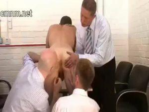 【ゲイ動画】ダンディーなリーマン中年たちの実験台になった筋肉イケメン、アナルに異物をぶち込まれても手コキされても表情を崩さないが、ザーメン搾乳でイキ顔になる!