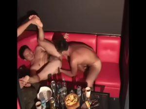 【ゲイ動画】やんちゃなEXILE系筋肉イケメンくんたちが酒を飲んで盛りあがってたら、いつの間にかフェラ合戦でゲイセックスにハッテンしちゃったいw
