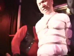 【ゲイ動画】ガテン系強面筋肉中年親父を亀甲縛りし滑車で吊し、鞭打ち、蝋燭垂らし、ディルド挿入でいじめ抜く!