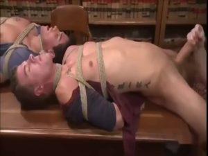 【ゲイ動画】倒錯世界! 拘束した筋肉イケメン二人を手コキやディルドケツマン掘削で弄ぶ髭親父とジャニーズ系美少年!