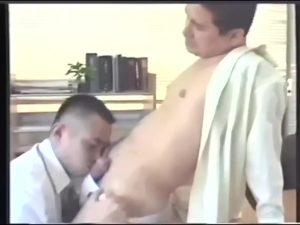 【ゲイ動画】会社で発情したらデスクをベッドにして巨根で掘りまくればいいのさ! マッチョ筋肉イケメンリーマンたちが、スーツを乱してオフィスで雄交尾!