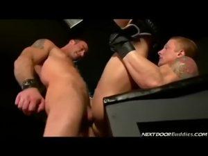 【ゲイ動画】白人マッチョイケメンのマッシブセックス! 拘束した筋肉短髪イケメンを立ちバックでガン突きし、口内発射でザーメンミルクをたらふく飲ませるぜ!