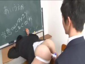 【ゲイ動画】若い筋肉イケメン教員をいびる中年教員の正体は、ド変態マゾ奴隷! 若造にアナルをオナホ代わりに使われ完全陥落!