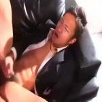 【ゲイ動画】ナマイキ視線のスーツ筋肉イケメンのケツマンにざっくり巨根をぶっ刺し激震ピストン! ナカイキで精子噴出!