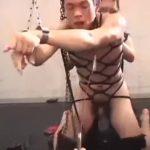 【ゲイ動画】輪姦ファックのハードSM調教に、短髪筋肉イケメンの泣き声が轟く! 巨根を連続でぶっ込まれながらのイマラチオで自我崩壊!
