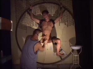 【ゲイ動画】スジ筋短髪イケメンを磔にして尿道異物挿入した後は、亀甲縛りで巨根をぶっ刺しバックからガン突きでイカせるぜ!