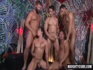 【ゲイ動画】ガチムチクマ系イケメン、ジャニーズ系筋肉美青年など様々な白人たちが巨根を勃起させ5P乱交!