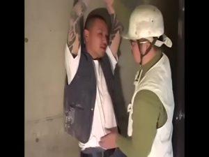 【ゲイ動画】トイレで見たガチムチ先輩の巨根にうっとりしたやんちゃ系筋肉イケメン、作業着を脱がされオラオラとケツマンを犯されアヘ絶頂!