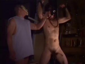 【ゲイ動画】拘束されたガスマスク筋肉奴隷、マッチョ野郎に尿道挿入されながら巨根をぶち込まれて汁だくガチアヘ!