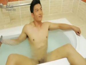 【ゲイ動画】アジア系の筋肉マッチョイケメンが青筋這った巨根をシコシコしながらのグラビア撮影! セクシーすぎる身体と官能美溢れる目線がたまらない!