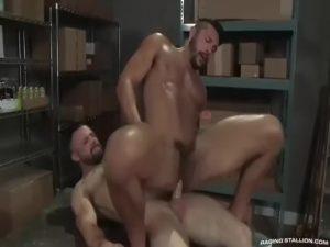 【ゲイ動画ビデオ】筋肉ムキムキのクマ系マッチョ外人二人が、猛烈にアナルを掘りあうリバセックスで巨根を連続ピストン! 躍動する筋肉が美しい!