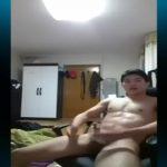 【ゲイ動画】アジア系筋肉イケメンがチャットしながら巨根をシコシコ♪ 素人とは思えないデカマラからザーメンをぶっ飛ばす!