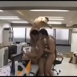 【ゲイ動画】仕事中に三人のオラオラ系先輩が輪姦ファックしてくれる欲情オフィス! 三本のチンポに責められた筋肉マッチョイケメン後輩はビクビク痙攣堕ち♪