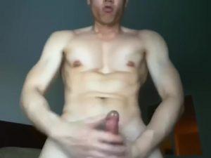 【ゲイ動画ビデオ】ビンビンすぎる巨根をシコシコするガチムチ筋肉マッチョの自撮りオナニー! 筋張った肉体とデカチンがヤバいレベル!