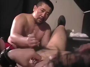 【ゲイ動画ビデオ】ガチポチャ中年親父の本番なき調教! 端正な顔立ちの筋肉マッチョイケメンのアナルを巨大ディルドで拡張!