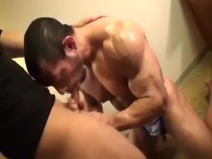 【ゲイ動画ビデオ】筋肉の鎧を身に纏ったガチムチマッチョイケメンビルダーが毛深いアナルを掘られてトロ顔エクスタシー!