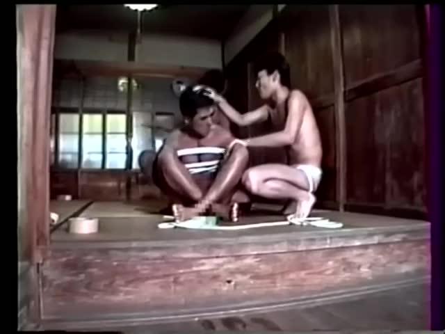 【ゲイ動画】鄙びた日本家屋で、三人のリーマン筋肉イケメンが後輩のマッチョ野郎を輪姦SM調教! 亀甲縛り、青姦と凌辱の限りを尽くす!