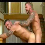 【ゲイ動画】外国のちょいワル親父な筋肉マッチョイケメンが、立ちバックでドデカチンポをガン突きファック! 貫禄のあるセックスを見せつける!