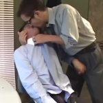 【ゲイ動画】格好いい中年イケメンリーマン、ゴーグルマンにオナホで巨根をぬぽぬぽ弄られながらアナルをガン突きされまくり!