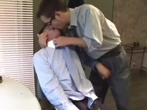 【ゲイ動画ビデオ】格好いい中年イケメンリーマン、ゴーグルマンにオナホで巨根をぬぽぬぽ弄られながらアナルをガン突きされまくり!