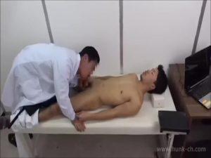 【ゲイ動画ビデオ】変態筋肉医師、研修と称してスリ筋イケメンインターンの巨根をシコシコしたり、自分のケツマンに若いペニスを挿入させて楽しむ!